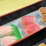 さかな大食堂 渚 - 15種のにぎり寿司が食べ放題コース 最初のセット ビン長マグロ、赤身、ビン長の炙り