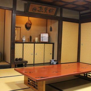 昭和3年よりこの地にて営業。歴史を感じる和の空間でお食事を