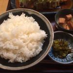 110522207 - たっぷりご飯、魚の角煮、漬物