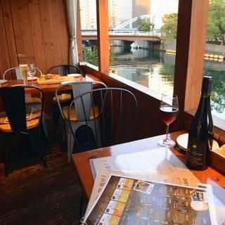 川沿いの心地よいテラス席が人気♪雰囲気抜群の店内も◎