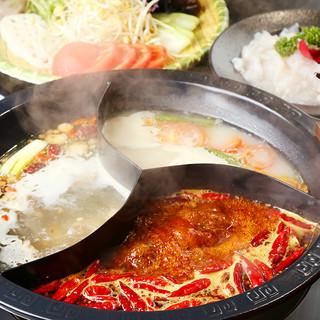 スープと辛さが選べる、バリエーション豊富な本格火鍋!