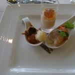 潮騒 - 料理写真:トマトのムース、サーモンと平目のマリネ、玉ねぎとカリフラワー