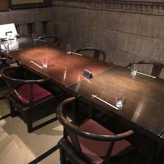 個室は畳にテーブル・椅子のレイアウト。静かで接待には最適です