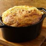 ミートタバーン 煮込みや四兵衛 - 牛スジ煮込みのチーズオムレツ