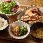 ミートタバーン 煮込みや四兵衛 - 国産鶏もも肉のやわらかソテー_野菜のトマト煮添え(ランチメニュー)