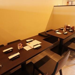 カウンター7席、テーブル14席