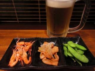 山形蕎麦と炙りの焔蔵 定禅寺通り店 - おつまみ3点盛とサッポロ生ビール黒ラベル
