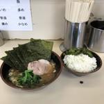 武蔵家 - 料理写真:のり増しラーメン 並+サービスライス