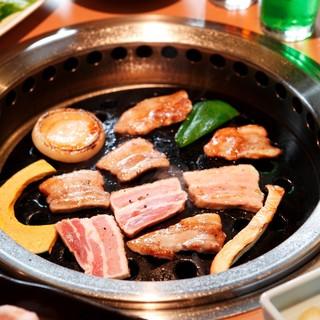 角閃石(かくせんせき)を使用した焼肉はふっくらジューシー!