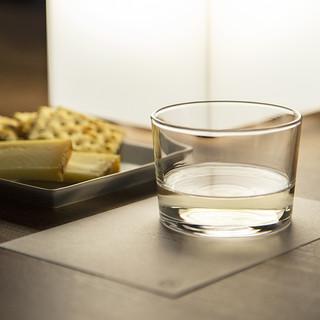 日本酒を現代的に、自由に楽しむための飾らない心地良い空間。