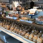 ショウゾウ コーヒー ストア - 店内。焼き菓子がズラリ。