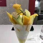 タカノフルーツパーラーパフェリオ - 静岡マスクメロンとタイマンゴーのパフェアップ②