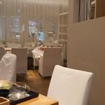 24/7 café apartment - 清潔感のある白い店内