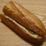 110566934 - バゲットサンドイッチ エーデルピルツケーゼと蜂蜜・くるみ