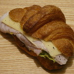 110566945 - クロワッサンサンドイッチ 自家製ハムとエメンタールチーズ