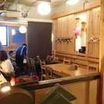 大衆酒場 YATSU the CAFE - 内観写真:店内全景