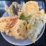 根ッ子うどん - 天ぷら盛り合わせ7種類。