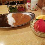 スパイス - エッグ入りミックスカレー。ビーフとチキン サラダA