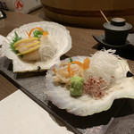 炉端焼レストラン 志古津 - ホタテ!!貝のお皿でおシャンティに登場。いけすから来てくれたので当たり前ですが、鮮度最高!!
