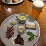 110586966 - セットの前菜とセットのビール
