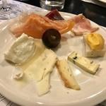 110590689 - チーズとハム盛り合わせ
