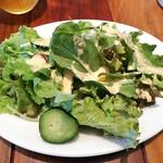 110591556 - ランチに付く畑の気まぐれサラダ。地場産の野菜なんでしょうね、ルーコラを含むグリーンサラダでシャキシャキ。美味しい玉子ドレッシングは自家製とのこと。