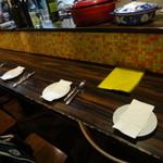 イル フォルノ - 予約時にカウンター席でと聞いていました。店内は10人と6人の団体さんです。ナルホド