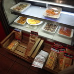 イル フォルノ - レジに行くと、仕込まれた前菜がウインドウに、パスタの販売もされていました。