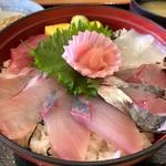 道の駅 どんぶり館 - 海鮮丼 950円。じゃこ天 200円。