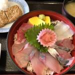 どんぶり館 - 海鮮丼 950円。じゃこ天 200円。