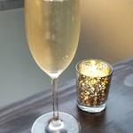 110609528 - ①スパークリングワイン(銘柄不明)                       ハウスボトルなので炭酸は緩め、香りは華やかで無いのは仕方無い。('~`;)                       味わいはお値段なりかしら?
