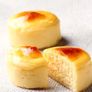 ラ ブティック ドゥ ジョエル・ロブション - 料理写真:ロブションのチーズケーキ ¥294 チーズ本来のゆたかな風味をお楽しみ頂けます。