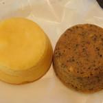 110619165 - 期間限定のケーキ 紅茶とクルミ・チーズケーキ(右)&プレーンチーズケーキ(左)