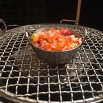 焼肉 皐月 - 炙りユッケを炙ります。