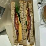 110632155 - ほうれん草とドライビーフ、チェダーチーズのサンドイッチ 4.65ユーロ