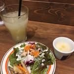 Meat & Wine イタリアンバールDari - グレープフルーツジュースとスープとサラダ