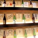 日本酒スローフード とやま方舟 - 店内には一升瓶がずらりと並んでいます