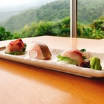 赤沢日帰り温泉館レストラン - 地魚三種盛り。奥からイサキ、カンパチ、メジナ。