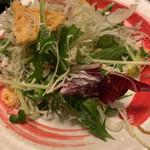 魚楽 - 「焼きチーズと生ハムのシーザーサラダ」を取り分けたところ
