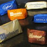 カファレル - チョコ類。青:ジャンドゥーヤ ビター、金:ジャンドゥーヤ、オレンジ:シナモン、茶:コーヒー。