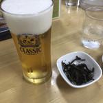 110664666 - お通しのスルメをつまみにビールを飲みながら待ちます。