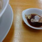 ラーメン台北 - 特製のタレを付けます