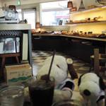 110672645 - この界隈では人気のパン屋さんなんだよ~                       お店の一角がカフェスペースになってて、                       買ったパンをその場で食べることができます。                       ドリンクはカウンターでアイスコーヒーを注文。