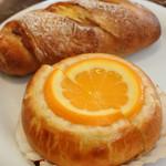 110672647 - 他にもオレンジが美味しそうだったスイーツ系のパン。                       こちらのお店はハード系のパンが美味しいって評判なので、                       小さめの固いパンも。どのパンも美味しかったよ。