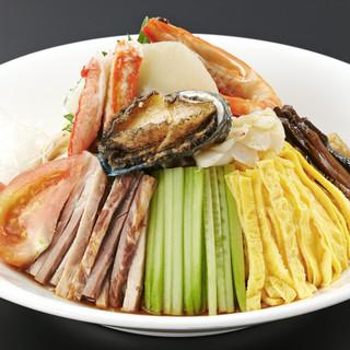蒸し暑いこの時期には特製の冷たい麺料理を。