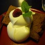 茶房こでまり - 紅茶のシフォンケーキにはホイップクリームとラズベリーにミントを添えて