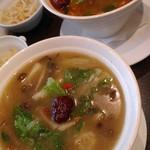110685108 - 手前:烏骨鶏スープベース。奥:麻辣湯スープベース