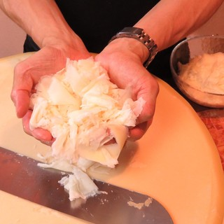 """名物チーズの""""ラスパドゥーラ""""は、ワインと共に召し上がれ"""