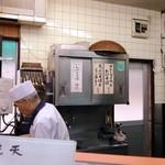 六文そば - 紅生姜の含有率は極僅かなので 天ぷら作成時の瑕疵なのか 意図的に混入させているのかは不明ですが 前回いただいた時も入っていました。