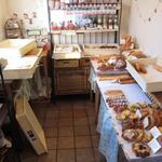 ブーランジェリ・エ・カフェ オブジェ - 入口を入るとパン売り場